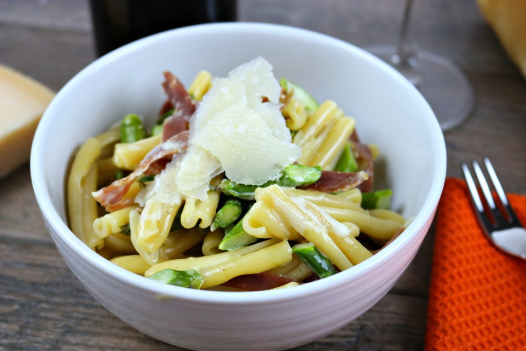 Pasta with asparagus and prosciutto